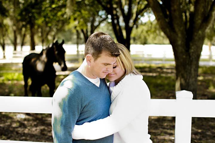 راههای جلب اعتماد همسر - اگر قابل اتکا باشید، اعتماد همسرتان جلب میشود.