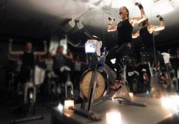 ورزش اسپینینگ - میتوانید همزمان حین رکاب زدن با تمرینات دیگر سایر عضلات خود را نیز تقویت کنید