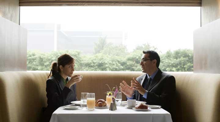 قدرت بیان - رفتن به رستوران، ارتباط را یک گام به جلو هدایت میکند.