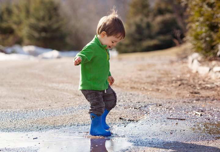 چگونه فرزندی باهوش داشته باشیم - آب بازی کودک نوپا
