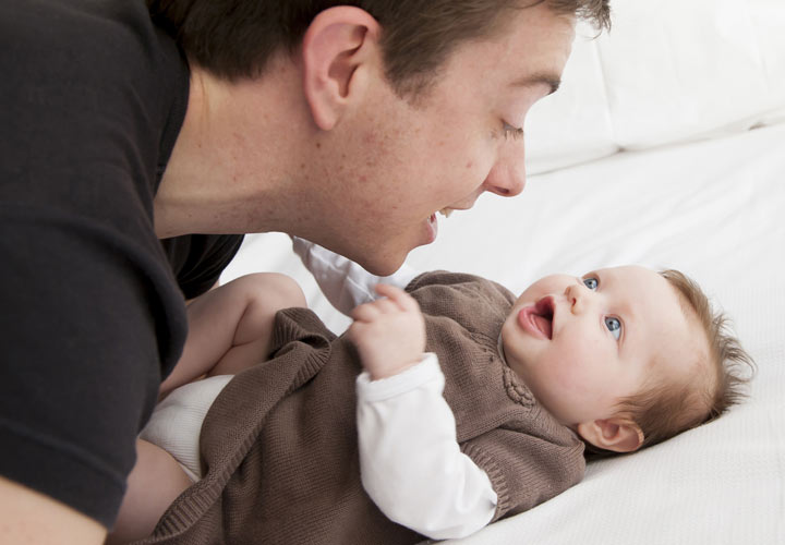 چگونه فرزندی باهوش داشته باشیم - حرف زدن با نوزاد هوش او را تقویت میکند