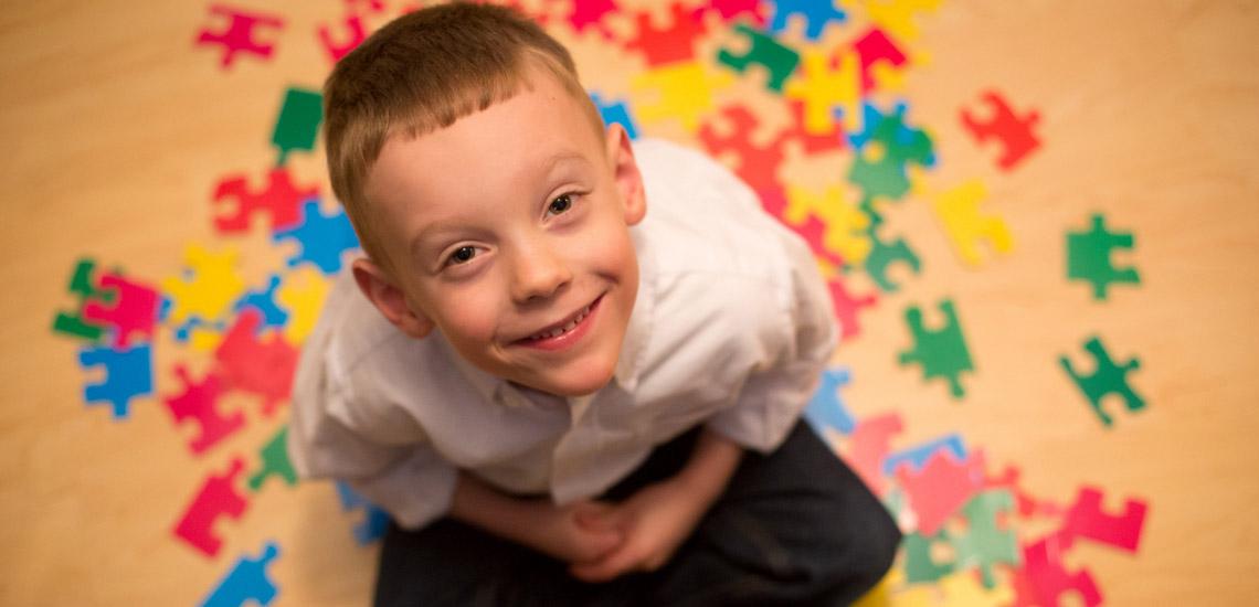 بیماری اوتیسم چیست؛ آشنایی با علائم و عوامل ایجاد این بیماری