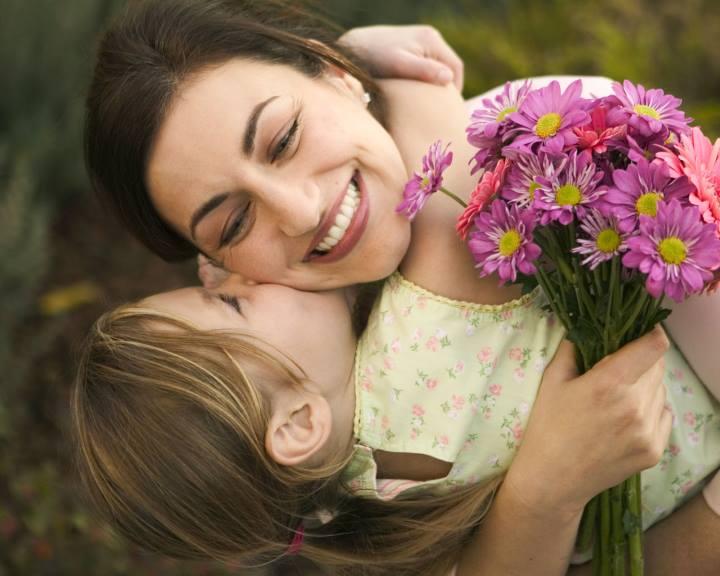 درمان حسادت - مادری که فرزندش را در آغوش گرفته