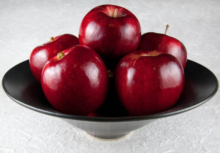 خواص سیب - در زمان خرید سیب از سفت بودن آن اطمینان حاصل نمایید.