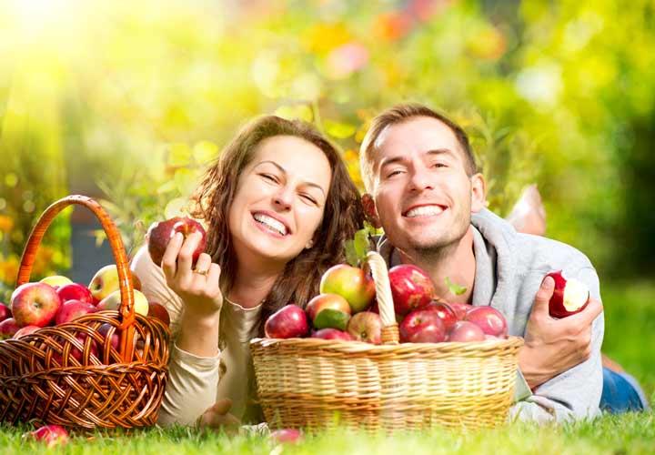 خواص سیب - خوردن سیب به سلامت دندانها و لثه کمک می کند.