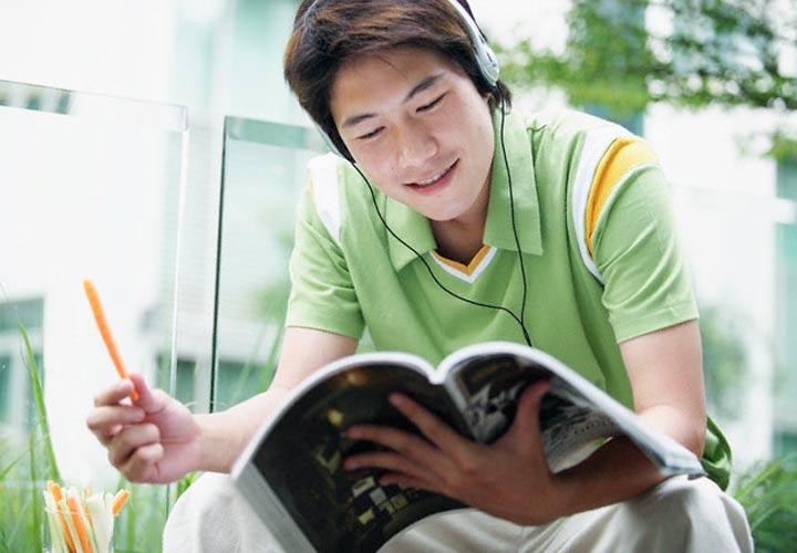 میتوانید هنگام درس خواندن به موسیقی یا نویز سفید گوش دهید - تقویت اراده برای درس خواندن