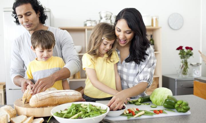 یادگیری خانه داری یکی از مهارتهای زندگی برای کودکان محسوب می شود