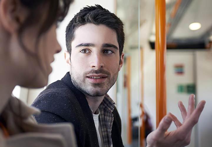 درمان کمرویی - در برخورد با دیگران لبخند بزنید و ارتباط چشمی داشته باشید
