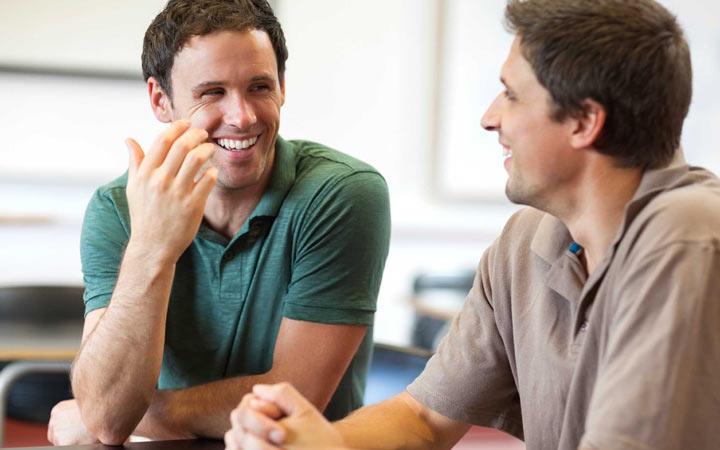 زبان بدن افراد با اعتماد به نفس - ازتباط چسمی با اطرافیان برقرار کنید