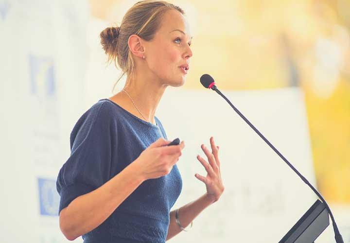 از دست ها برای حرف زدن کمک بگیرید- زبان بدن در کسب و کار