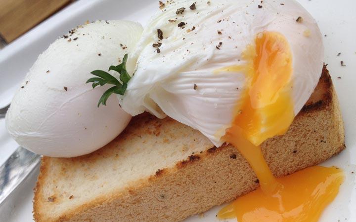 تخم مرغ آب پز با نان تست - ۵ نوع صبحانه برای کاهش وزن