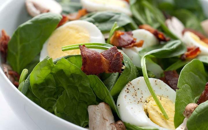 سالاد اسفناج - ۵ نوع صبحانه برای کاهش وزن