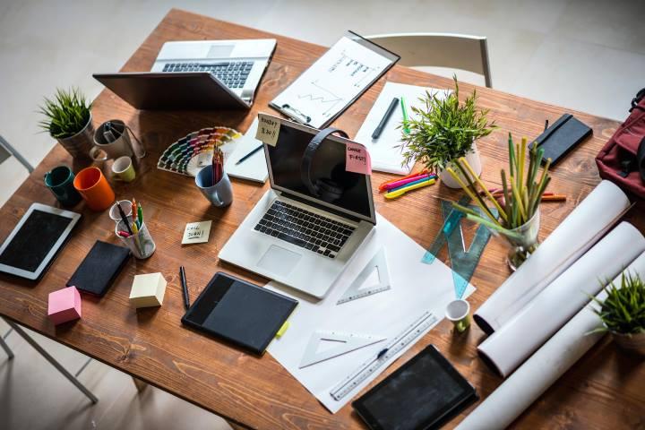 ۱۷ روش برای غلبه بر خواب آلودگی بعدازظهرها در محل کار - مرتب کردن میز کار