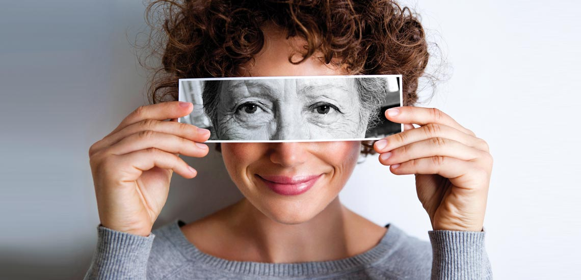 درمان چروک دور چشم؛ ۹ روشی که پیری را به تعویق میاندازد