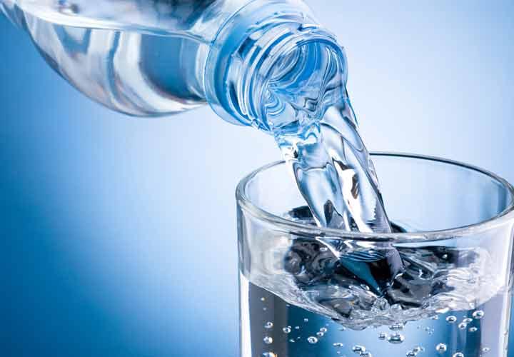 نوشیدن آب برای درمان گلودرد