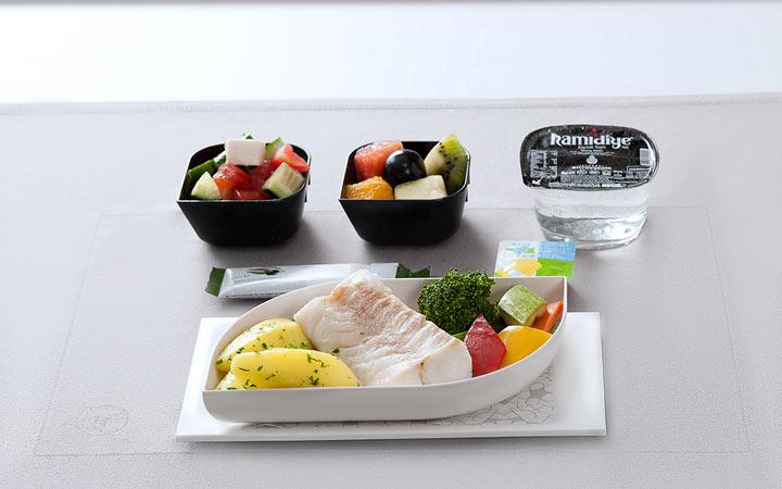 ۳۰ تا ۶۰ دقیقه قبل از غذا، میوه میل کنید - چه غذاهایی را نباید با هم بخوریم