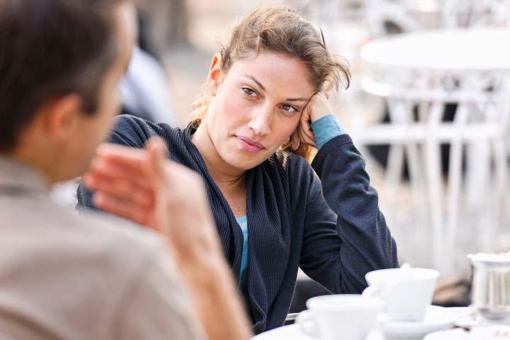 زن در حال گوش دادن و تحدید مرز در مقابله با افراد سمی