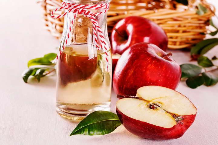 یک راه سفید کردن دندان استفاده از سرکه سیب است