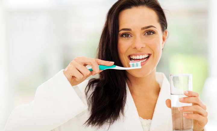 یکی از راه های سفید کردن دندان ها مسواک زدن بعد از خوردن و آشامیدن است