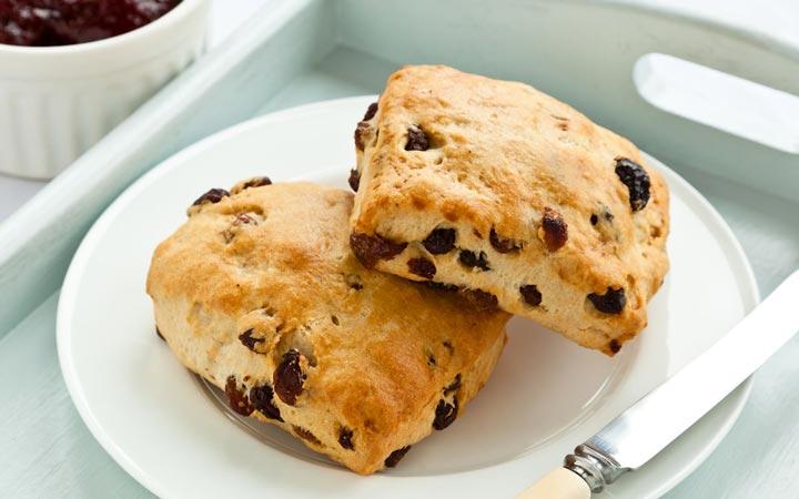 کشمش را می توان همراه با تنقلات به عنوان میان وعده یا همراه با غذاها یا در شیرینی ها استفاده کنید - خواص کشمش