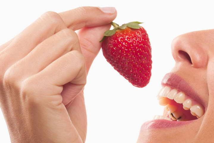 یکی از راه های سفید کردن دندان ها استفاده از توت فرنگی است