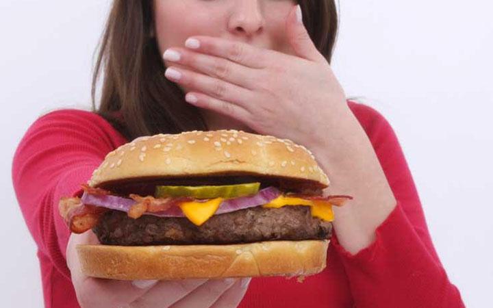 گوشت های فرآوری شده مثل انواع سوسیس و کالباس و هات داگ - رژیم مدیترانه ای