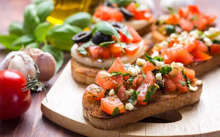 ساندویچ پنیر و سبزیجات تازه با نان غلات کامل - رژیم مدیترانه ای
