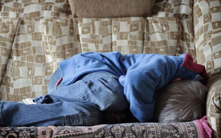 حساسیت به نور و صدا یکی از شایع ترین علائم شروع حملات میگرنی است - درمان میگرن