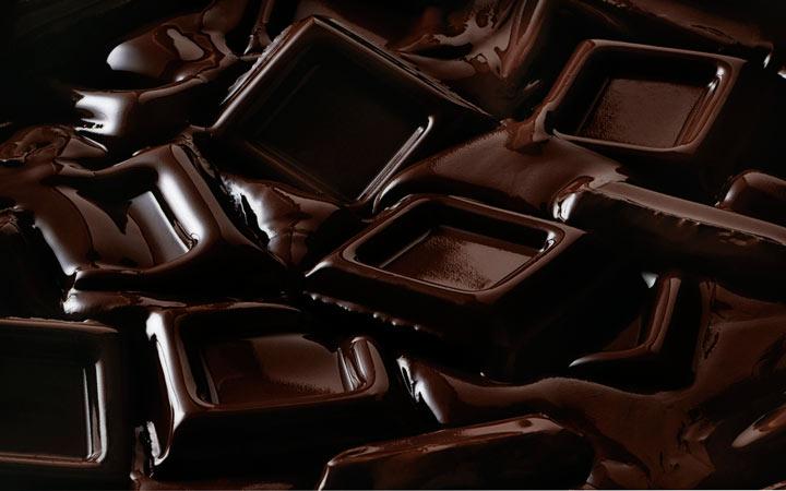 12 خوراکی که خواب شما را مختل میکند - شکلات تلخ