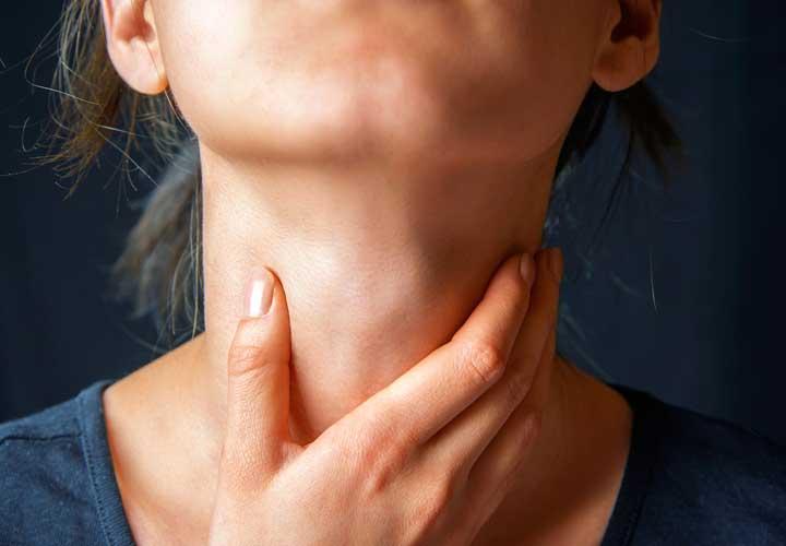 علائم سکته قلبی - درد در گلو