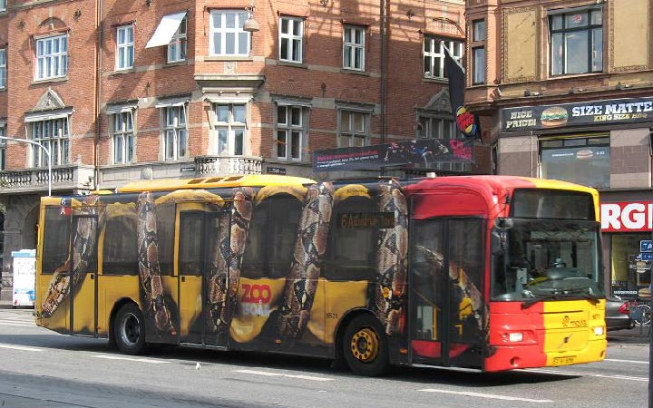 تبلیغات ترانزیت نه تنها بر روی وسائل نقلیه بلکه در فرودگاه ها و ایستگاه های اتوبوس و مترو نیز دیده می شوند