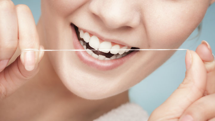 جرم گیری دندان در خانه با نخ دندان