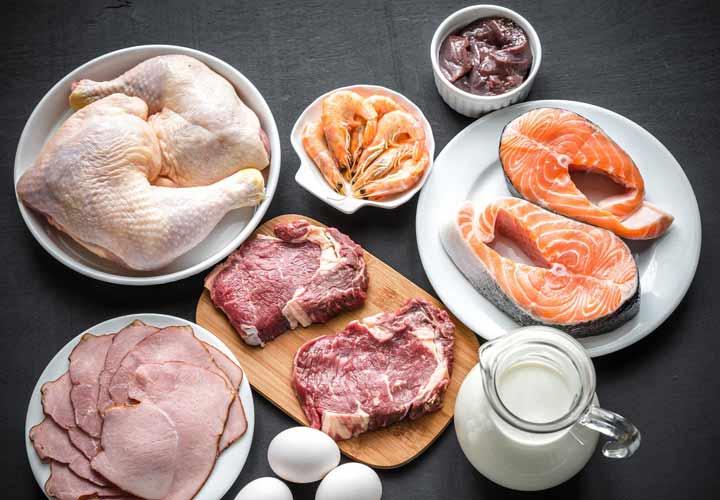 عوارض کمبود ویتامین B - ویتامین B۱۲ به طور عمده در گوشت و فرآورده های لبنی یافت می شود.