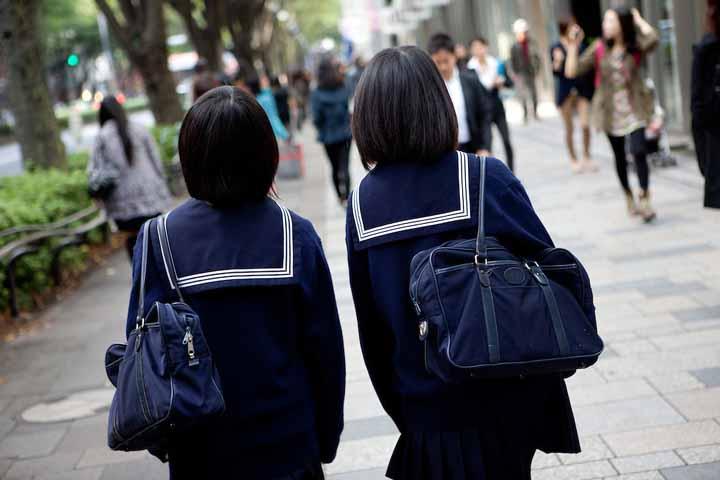 دختران ژاپنی در حال قدم زدن