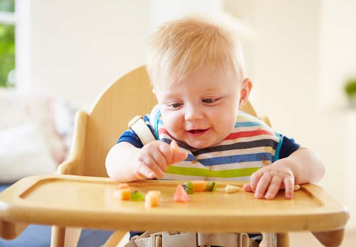 غذای نوزاد - معمولا در ۱۰ تا ۱۲ ماهگی می توان به کودک تکه های میوه و گوشت هم داد.
