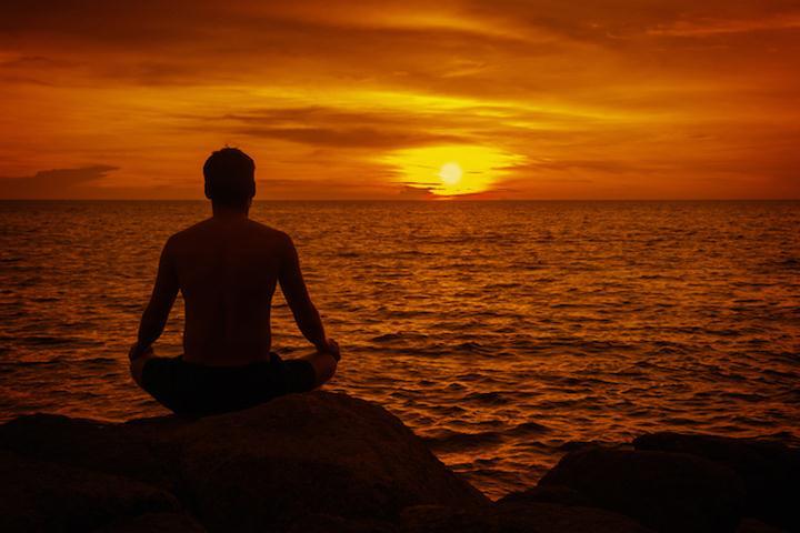 مردی در حال مدیتیشن - جلوگیری از استرس