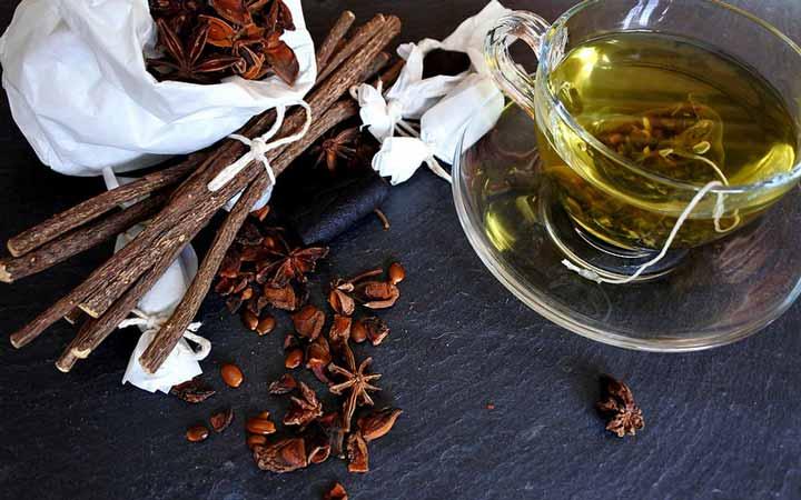 چای کیسه ای شیرین بیان را ۱۰ دقیقه روی آفت دهان قرار دهید - درمان آفت دهان