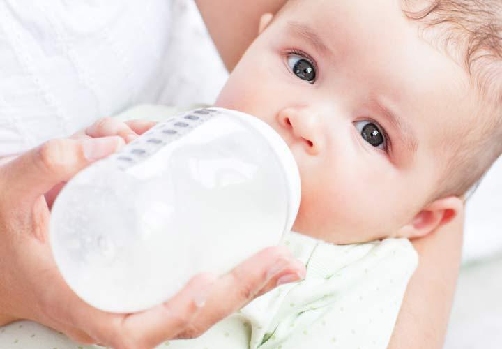 غذای نوزاد - تا چهار ماهگی فقط باید شیر مادر و شیر خشک به نوزادان داده شود.