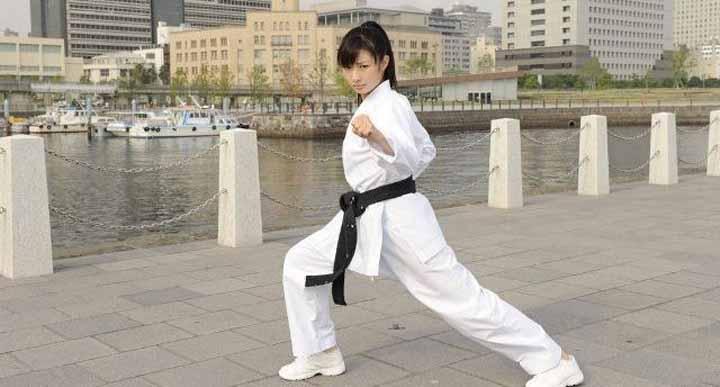 دختر ژاپنی در حال ورزش رزمی