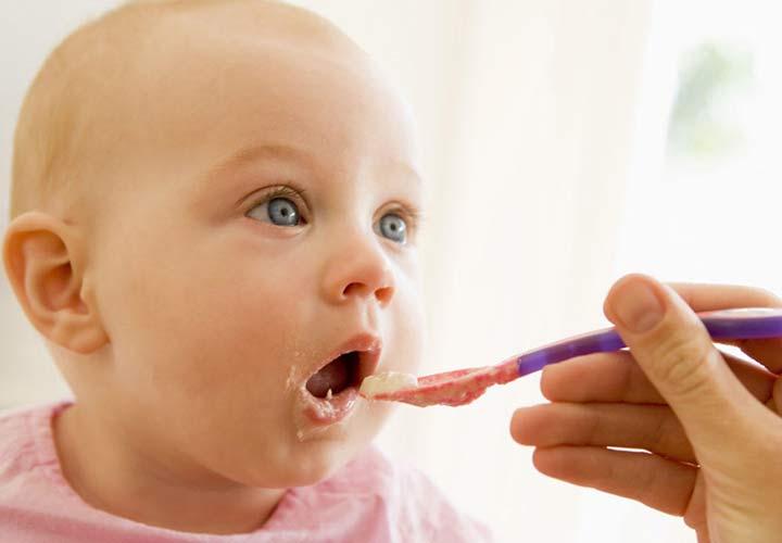 غذای نوزاد - معمولا از ۶ تا ۸ ماهگی می توان به کودک پوره میوه و سبزیجات هم داد.