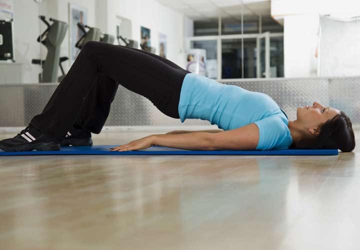 تمرین پل از راههای تقویت عضلات کمر است.