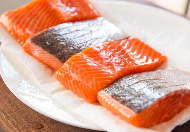 ماهی سالمون سرشار از چربیهای مفید است و جزو ۳۶ غذای کم کالری محسوب می شود.