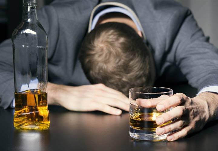 علت چاقی شکم - مصرف نوشیدنیهای الکلی از علل چاقی شکم است.