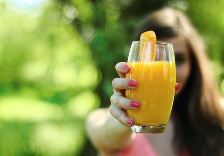 علت چاقی شکم - مصرف آبمیوه ها از علل چاقی شکم است.