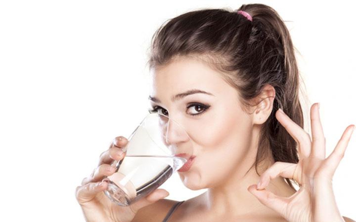 آب کافی، به انتقال مواد مغذی و اکسیژن کافی به پوست کمک می کند - مراقبت از پوست