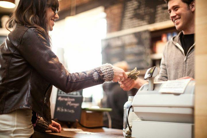 خانم در حال صرفه جویی در خرید - روانشناسی پول