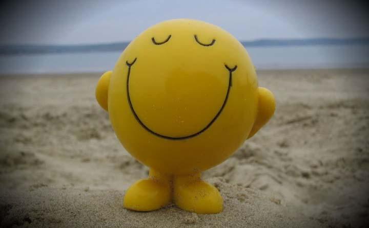 شکلک خوشحال در ساحل