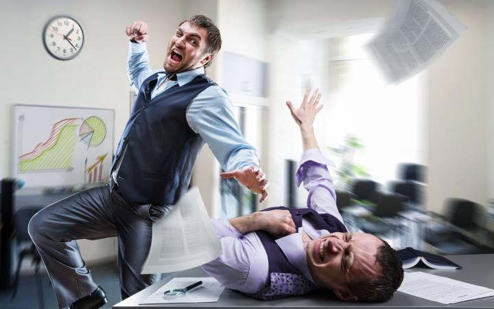 ایجاد تعارض و اختلاف میان کارکنان صف و ستاد