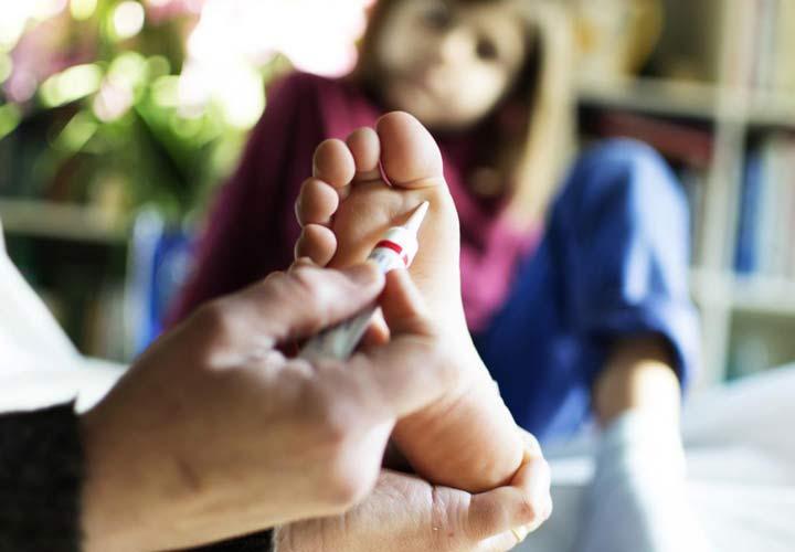 داروهای موضعی قوی محتوی اسید سالیسیلیک به درمان زگیل کمک می کنند.