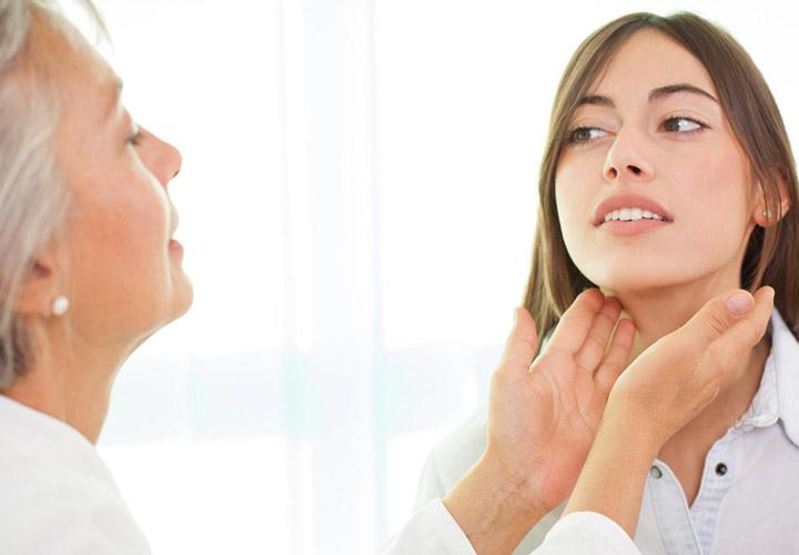 معاینه غده تیروئید - ریزش مو در بارداری
